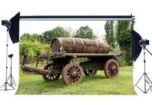 봄 배경 소박한 Countyard 빈티지 오래 된 나무 농장 자동차 포도 나무 캐스트 정글 숲 녹색 잔디 배경