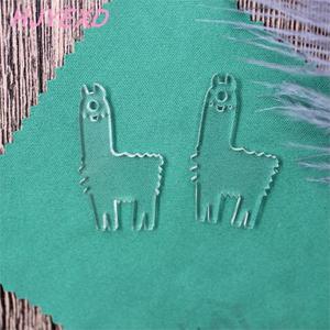 Image 4 - (20 stks/partij) 38mm Acryl Sleutelhanger Flamingo Ananas Lama Paard Bier Mom Baby Sleutelhangers Laser Cutout AC1496D