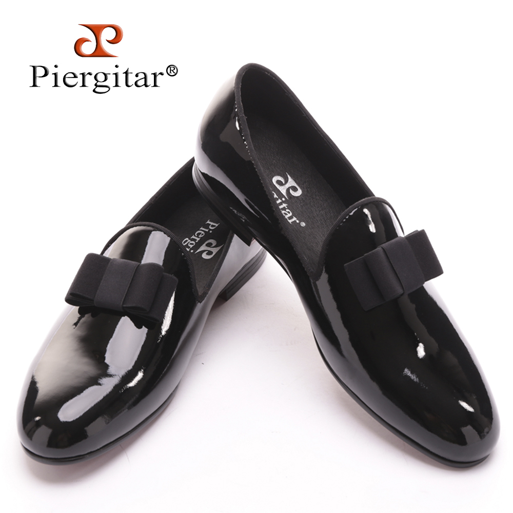 цены  Piergitar 2017 new black patent leather men handmade loafers with black bowtie Fashion Banquet and prom men dress shoes