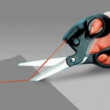 купить Kitchen Professional Sewing Laser Guided Scissors For home Crafts Wrapping Gifts Fabric Sewing Cut Straight Fast with battery по цене 329.32 рублей