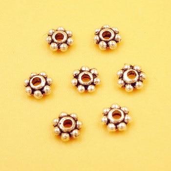 Cuentas planas redondas de Metal con margaritas chapadas en plata tibetana, espaciadores...