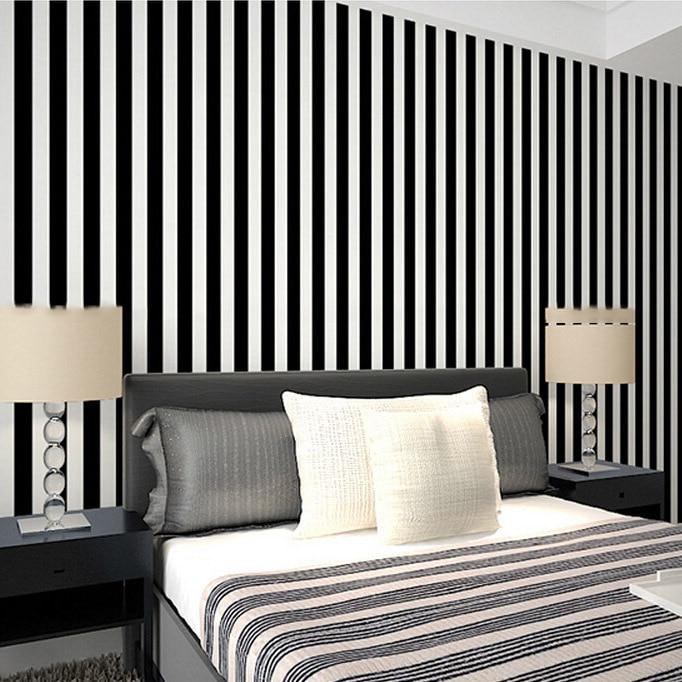 Parete a righe camera da letto free colori x pareti for Carta da parati moderna bianca e nera