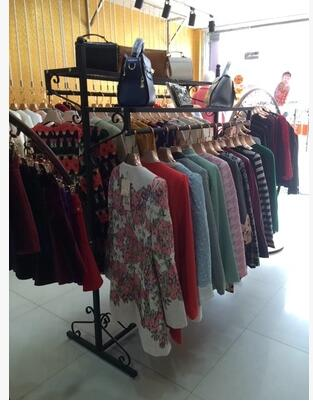 New clothing shelves. Clothing store racks. Display rack double pole hanging clothes rack.002