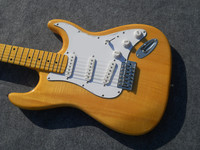 Yellow body electric guitar and 3 single pickup, White Pickguard, maple leaf Fruto board, provide customized, free delivery.