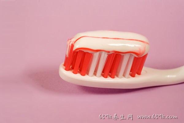牙龈出血要留心 口腔4症状可能是牙周病