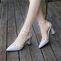 2016 Nova Primavera apontou alta-sapatos de salto alto grosso com cinta tipo de palavra da moda Baotou rebites selvagens sandálias femininas Livre grátis