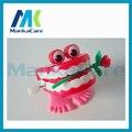20 Unids Juguetes Juguetes Dentales Dental Regalo Creativo al por mayor del resorte primavera por mayor/Juguetes de Plástico Saltar Los Dientes con La Cadena para niños