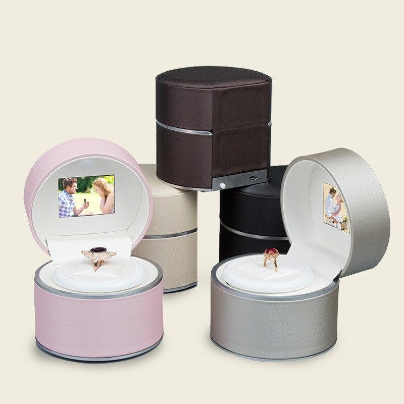 Ronde PU En Cuir Anneau Affichage Boîte Rotation Musique et Vidéo LED Boîte de Bague Bijoux Boîte Vidéo Jouer Anneau Boîte