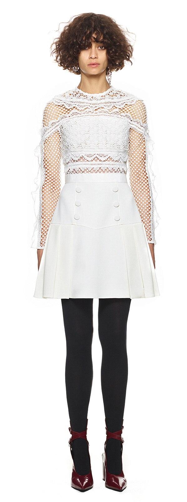 Nouvelle robe d'hiver avec le modèle de couleur pure dentelle couture à manches longues robe boutons rendu de col rond un mot