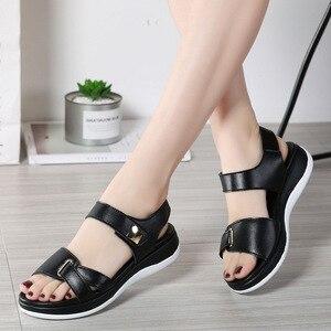 Image 2 - DONGNANFENG Frauen Weibliche Damen Mutter Echtem Leder Schuhe Sandalen Wohnungen Weichen Haken Schleife Koreanische Bling Sommer Strand NM 1003 1