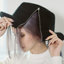 2018 Novo Zipper Cap Fedora Moda Feminina Ladies Floppy Aba Larga Feltro de  lã Chapéu Fedora Cloche Hat Cap mulheres homens Prim. 992aae8b494