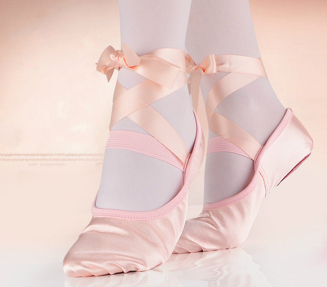 Cetim Sapatos de Ballet com Tiras de Fita Dedo Do Pé Redondo Sapatos Yoga Interior Adulto Meninas Divisão Suave Sole sapatos de Dança de Cetim Sapatos de Bailarina