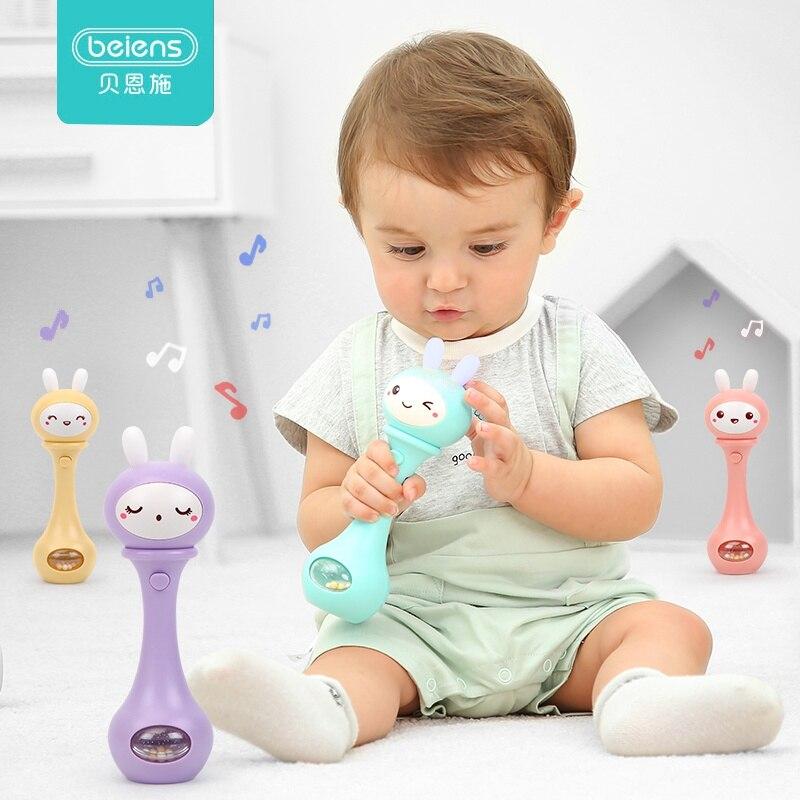 meses bebê musical mão agitando chocalho brinquedo