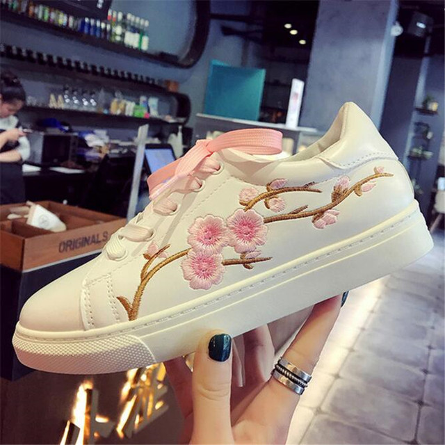 Fashion lace up flat shoes embroidery flowers moccasins women white shoes female soft breathable shoes cute students shoes in womens flats from shoes fashion lace up flat shoes embroidery flowers moccasins women white shoes female soft breathable shoes mi