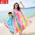 Mirada de la familia ropa 2016 nuevo verano bohemio falda de la playa del arco iris de seda a juego mamá bebé madre e hija de ropa vestidos