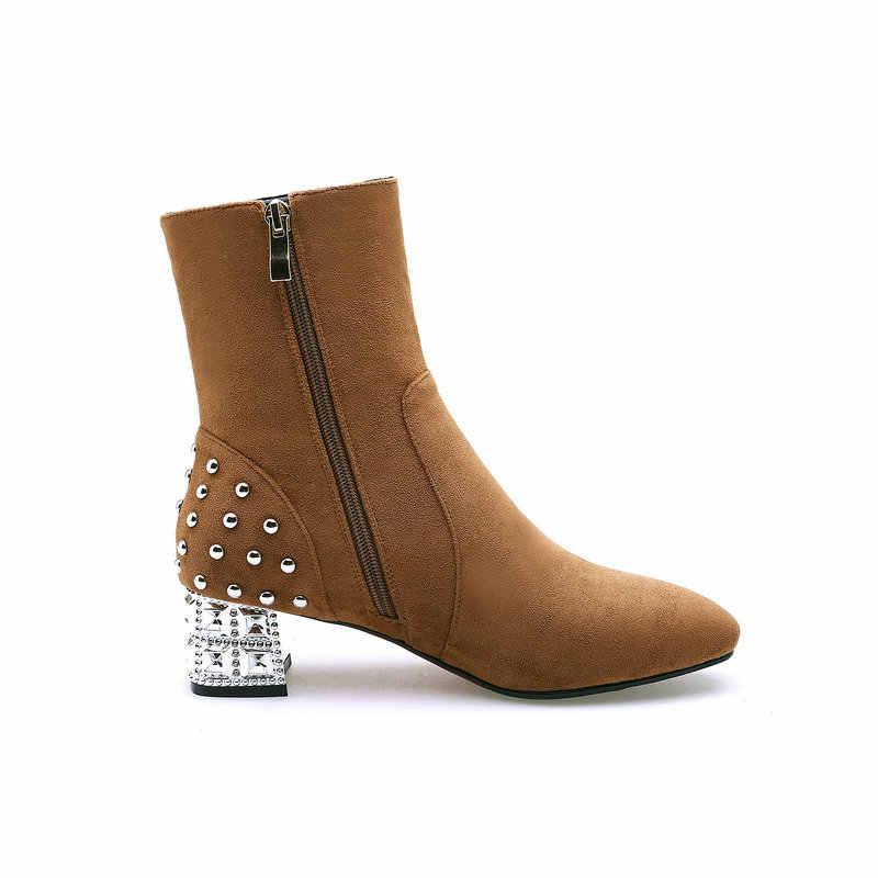 Зимние удобные ботильоны из флока на низком каблуке с боковой молнией; модная женская обувь с квадратным носком и заклепками; цвет красный, черный, коричневый
