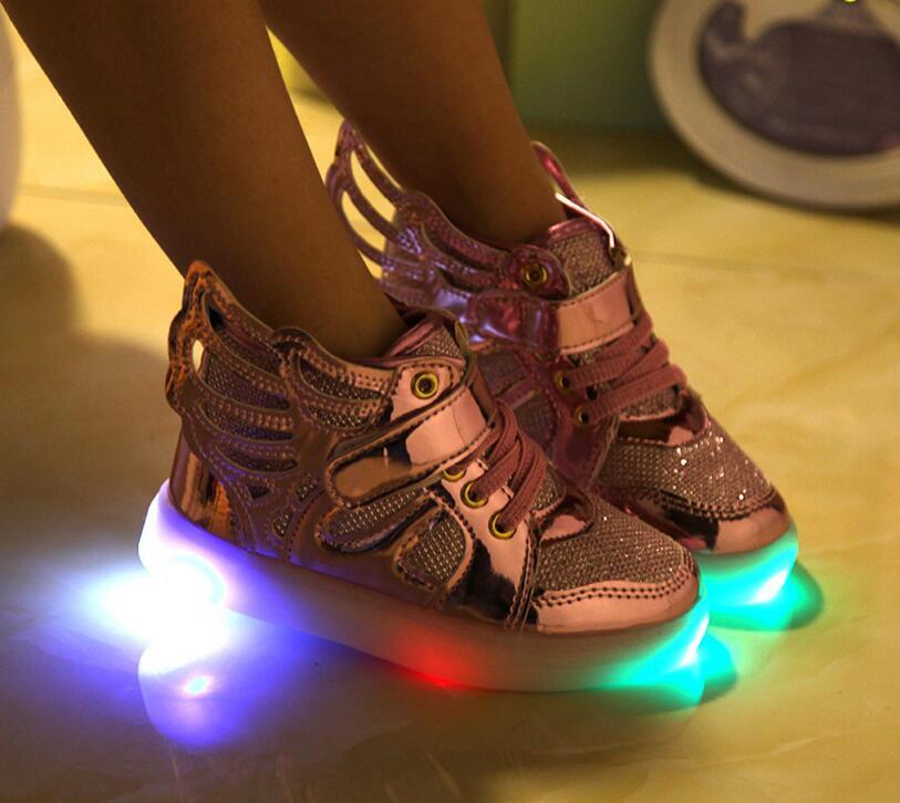 5c7a9bfc82 Crianças sapatos com luz 2016 Novas Crianças Sapatos Da Menina do Menino  Sapatas Dos Miúdos Moda LED Piscando Iluminado Tênis Com Asas Brilhando em  Sapatos ...