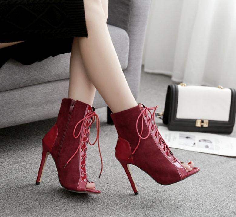 Bottes rouges à sangle croisée de la saison du nouvel âge et chaussures à talons hauts