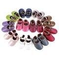 Venta al por mayor nuevos diseños 100 par/lote mary jane zapatos de los bebés hechos a mano de la borla de Cuero Genuino Niño Niño verano Bebé mocasines