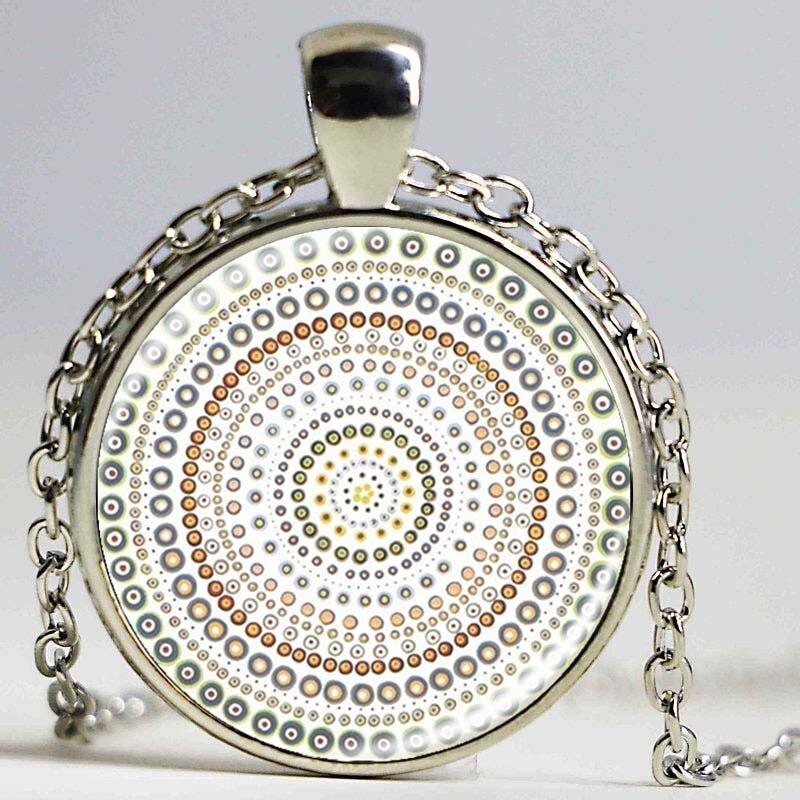 d45e536c1280 Joyería de la vendimia plateada con OM símbolo budismo mandala vidrio  Cabochon Yoga colgante gargantilla cristal collar India joyería