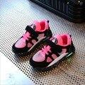Kids shoes con enfant chaussure de luz led 2017 neto respirable del deporte led creciente zapatillas de deporte de los muchachos de la manera niños shoes eu 26-30