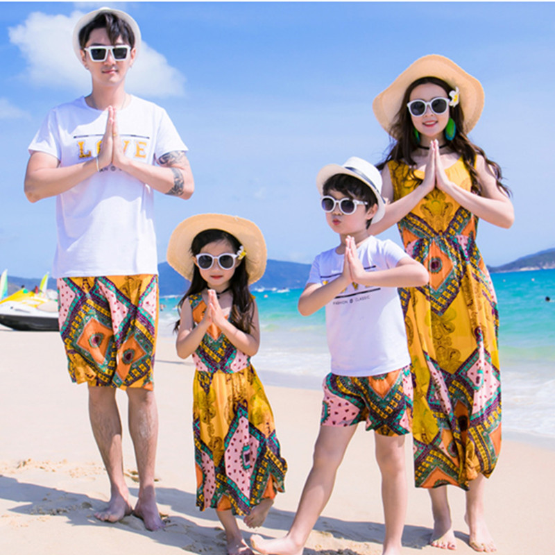 2019 New Household Matching Outfits Dad Son T-Shirt Pants Mother Daughter Floral Gown Summer season Seaside Put on Household Look Sundress Garments