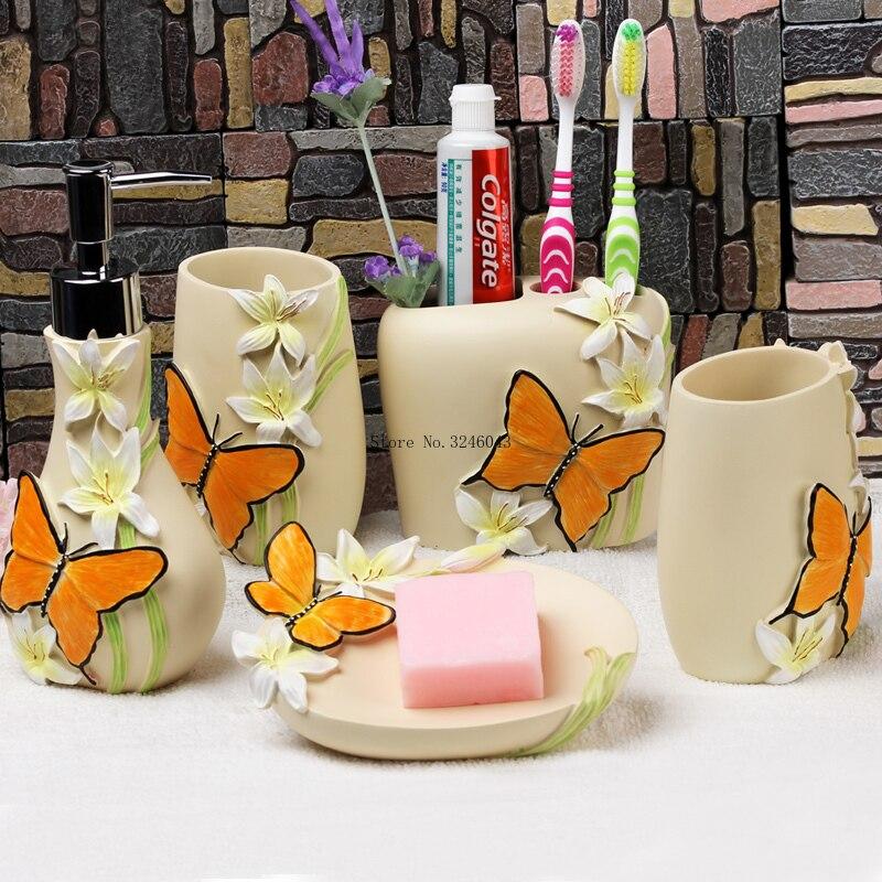 Ev ve Bahçe'ten Banyo Aksesuar Setleri'de Avrupa pastoral tarzı yıkama dört parçalı Reçine banyo beş parçalı Banyo tuvalet Ağız bardak diş fırçası tutucu losyon şişesi'da  Grup 1