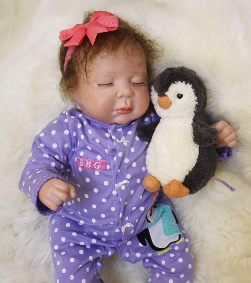 21 ''ilicone reborn bébés coton corps poupée violet vêtements mignon nouveau-né bébé fille poupée avec pingouin en peluche jouet boneca Reborn