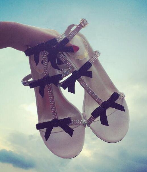 Summer Hot Luxury Crystal Bow Sandalias de las mujeres Rhinestone T-correas de las señoras del tobillo de la hebilla de las sandalias 6 cm Med tacón Mujer zapatos de vestir