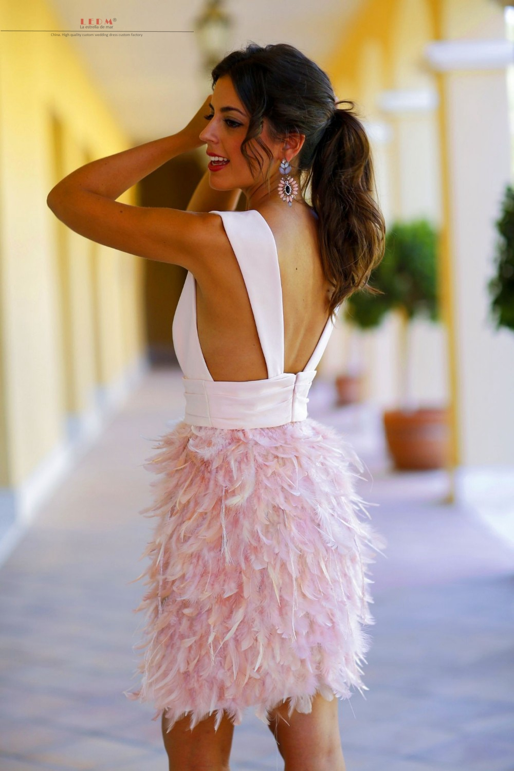 Robe cocktail2017 new sexy V neck back open fluffy pink feather cocktail  dresses short plus size gown party dress-in Cocktail Dresses from Weddings    Events ... 804f6b751
