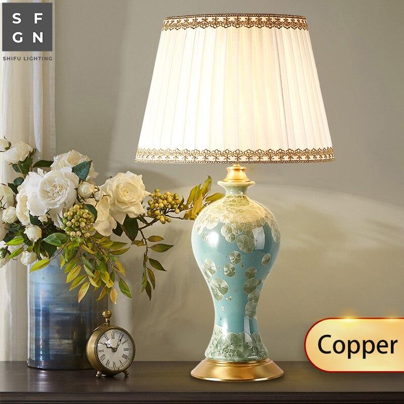 Işıklar ve Aydınlatma'ten LED Masa Lambaları'de Bakır Yatak Odası masa lambası başucu lambası Jingdezhen seramik lamba cömert lüks oturma odası dekore edilmiş led lambalar title=