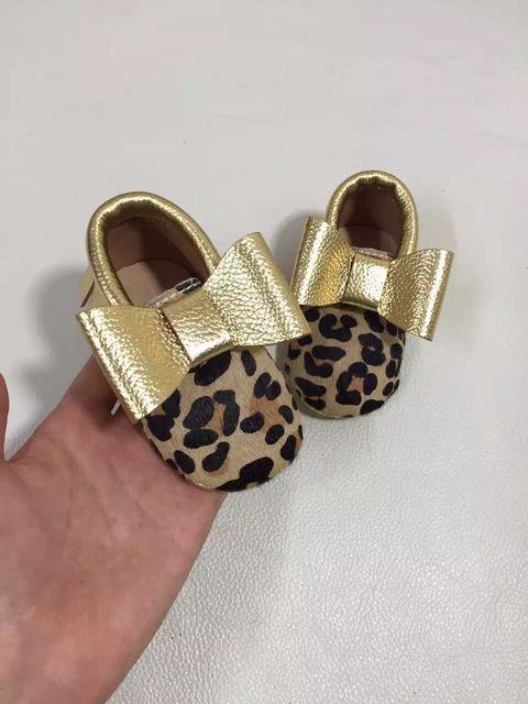 Nueva llegada del leopardo del cuero genuino mocasines bebé con pajarita niñas Niño suave único primeros caminante