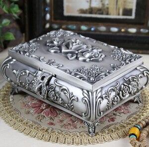 Image 1 - Boyut L Vintage Mücevher Kutusu moda takı Kutusu Çinko alaşımlı Metal biblo kutusu Oyma Çiçek Gül Kare Şekilli