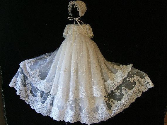 483c3310c4649 Dentelle brodée à deux niveaux avec Bonnet robe de bébé perlée robes de  baptême pour garçons et filles robes de baptême dans Robes de Mère et  Enfants sur ...