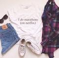 Eu faço maratonas no netflix t shirt mulheres sexy tops moda roupas outfits tees engraçado tumblr além do preto e branco tamanho