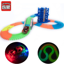Wonderbaarlijke Glowing Race Track Bend Flex Flash in de Dark Assembly Car Toy Glow Tracks Racing Track Set van Elevator en Ramp