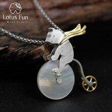 Colgante Lotus Fun diseño hecho a mano para mujer, joyería fina, oso montando en bicicleta, sin collar