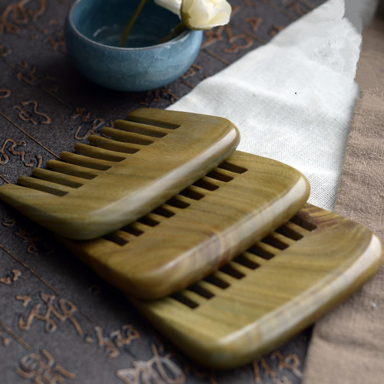 Купить с кэшбэком 1PC Natural Green Sandalwood wide-tooth Curly Hair Boutique Comb 9cm Sandalwood Whole Wood Comb G0411