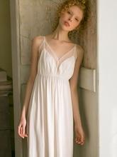 قميص نوم مثير من الدانتيل الأبيض بفتحة رقبة على شكل v قميص نوم بدون أكمام من القطن الأبيض للنساء