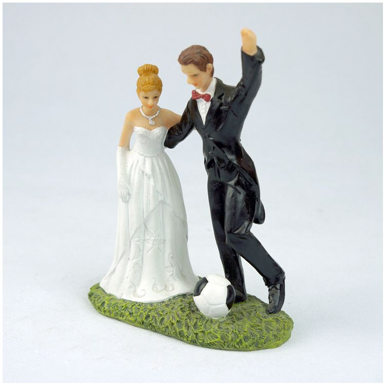 HOT-1 white + black resin bride groom newly married soccer fans decorated ornaments groom bride doll decoration size: 13*6*15.