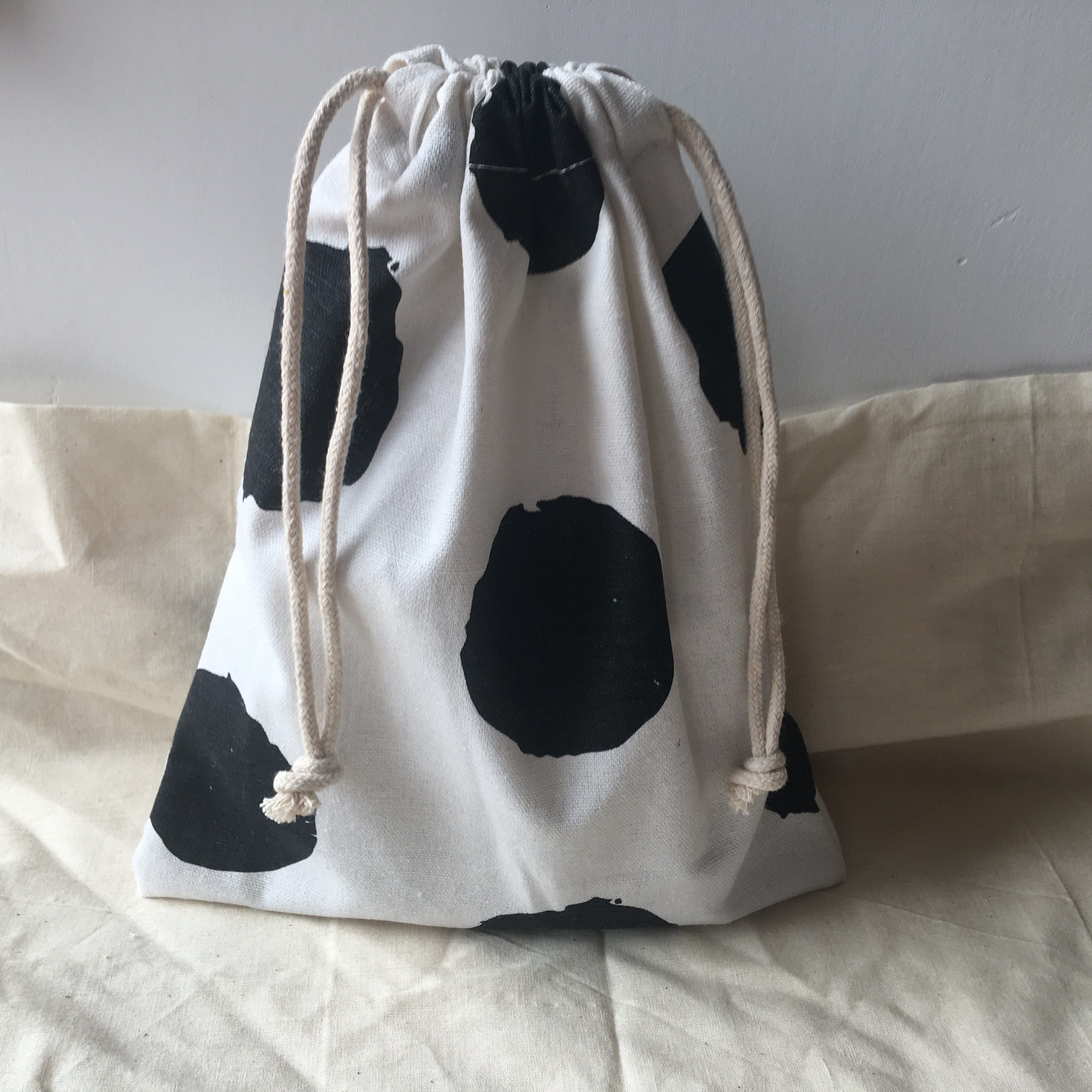 Cotton Linen Drawstring Organised Pouch Party Gift Bag Print Big Black Dots White Base YL610d