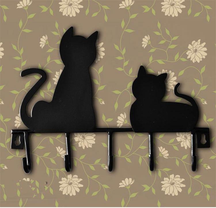 sombrero bolsa toalla ropa colgada en la puerta precioso gato negro ganchos percheros de pared