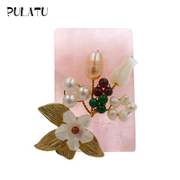 Pulatu Natural Shell Flower Brooches Women Fashion Pink Crystal Plating Golden Leaves Pearl Flowers Handmade Women Brooch Pins