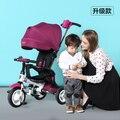 Pequeños niños que reciben plegable de tres ruedas del cochecito de bebé bici bicicleta