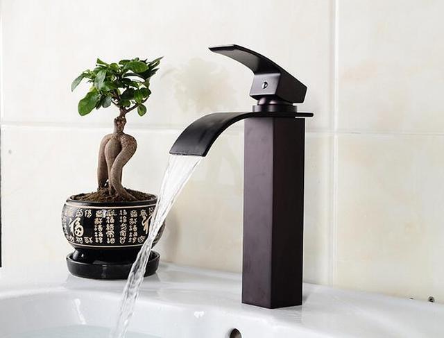 Badkamer kraan zwarte wastafelkranen warm en koud water wastafel
