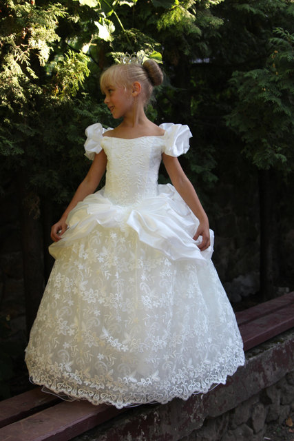 Snow White Inspired Vintage Communion Dresses 2016 With Off Shoulder Fully Lace Princess Kids Ball Gown