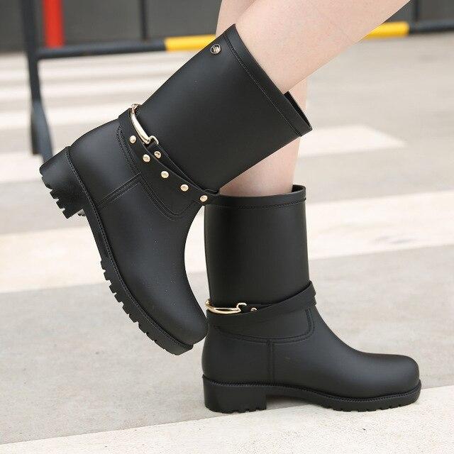 3f7bfb8004ca6 Charmantes femmes bottes de pluie 2016 plaine plate mi-mollet botte  imperméable en caoutchouc bottes