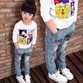 Alta qualidade 2017 nova primavera/outono crianças roupas das meninas jeans crianças selvagens graffiti dos desenhos animados calças mais tamanho grande venda quente