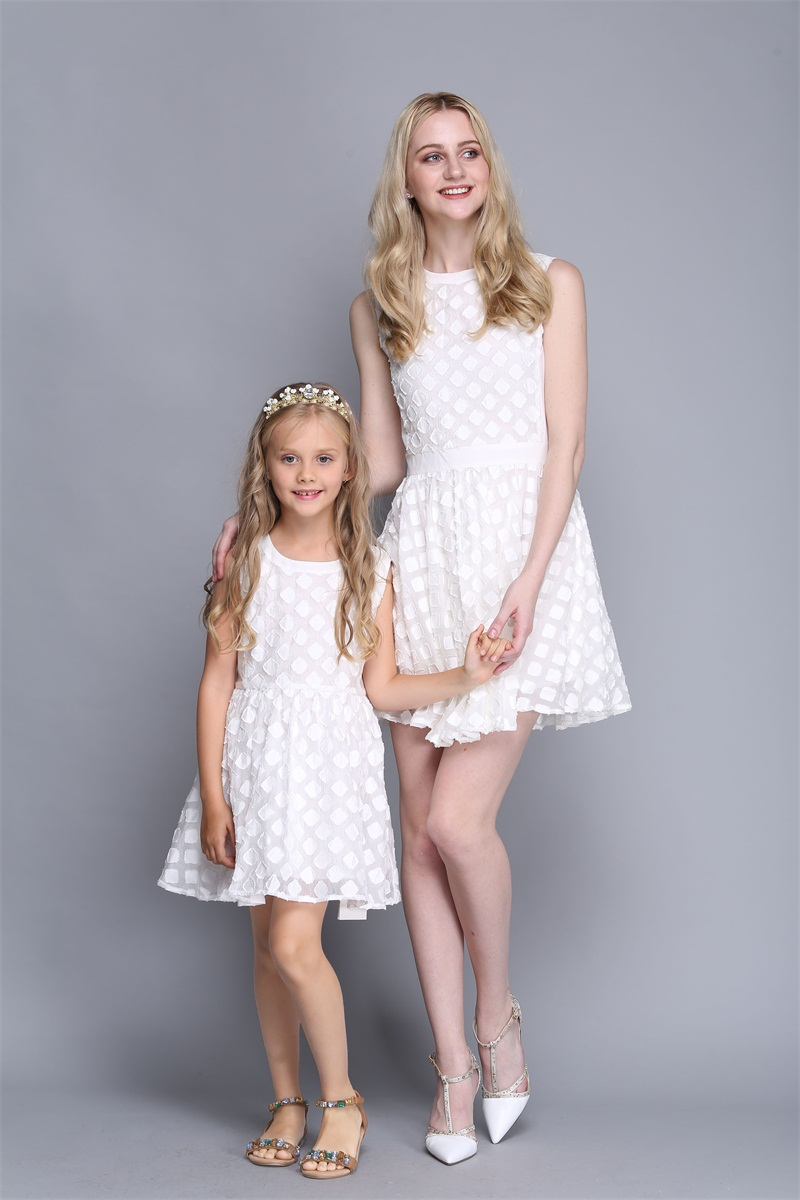wholesales Summer family clothes mom kids dress mother daughter matching clothing infant children girl white holiday beach dress summer children clothes princess flower print kids beach dress infant formal birthday party girl white dress family match outfit