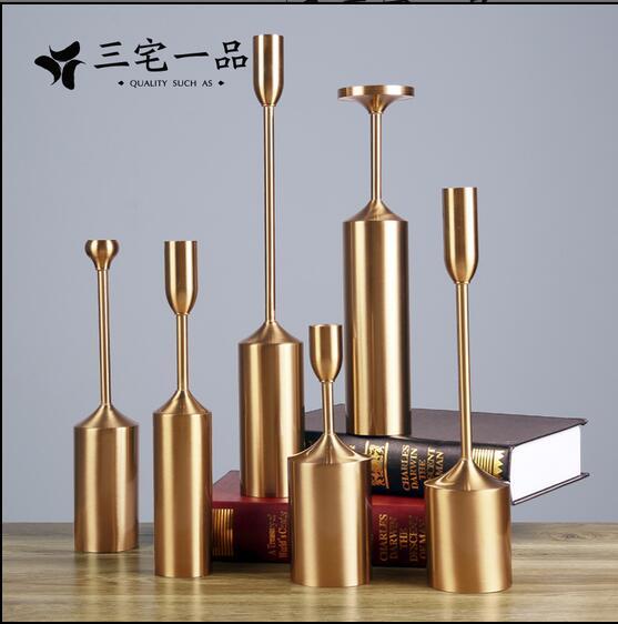 Le candélabre d'art en fer européen est un style scandinave de luxe et une table antique moderne